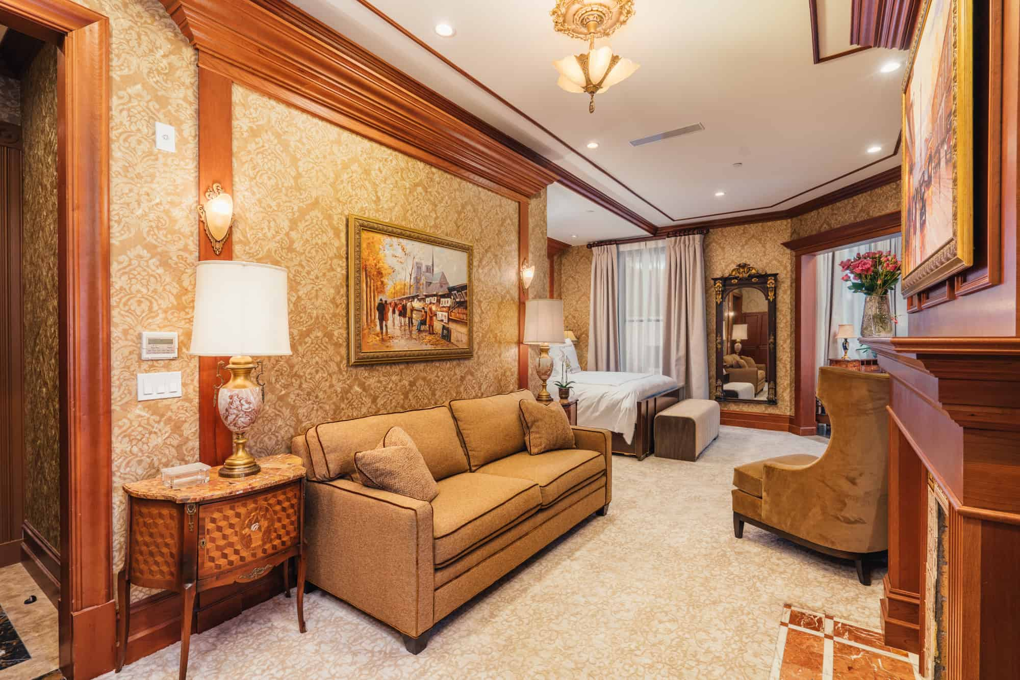 The Bay Suite - luxurious sitting-area, California-King bed, sleeper-sofa with a Queen-size mattress and 1.5 bathrooms